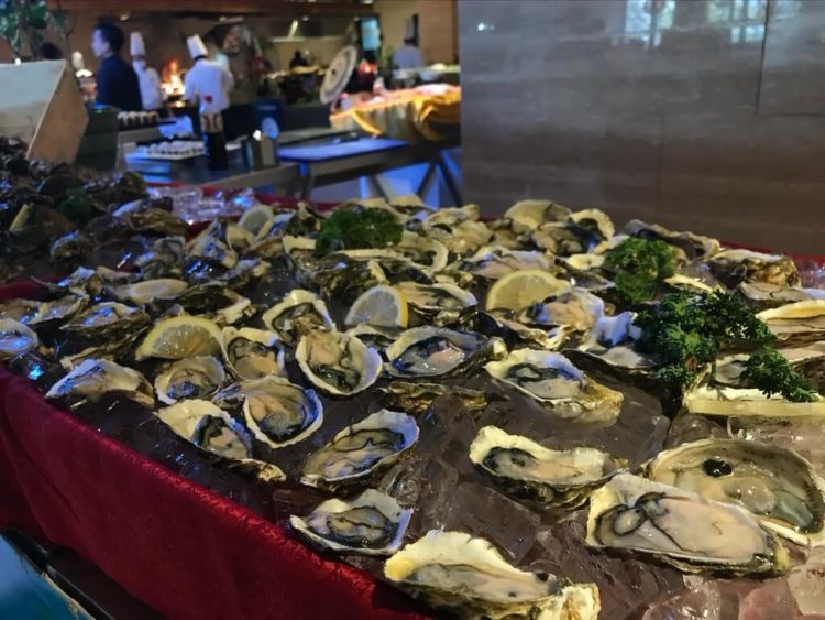 ノボテルヤンゴンマックスのサンデーブランチビュッフェのレストラン入口の生牡蠣