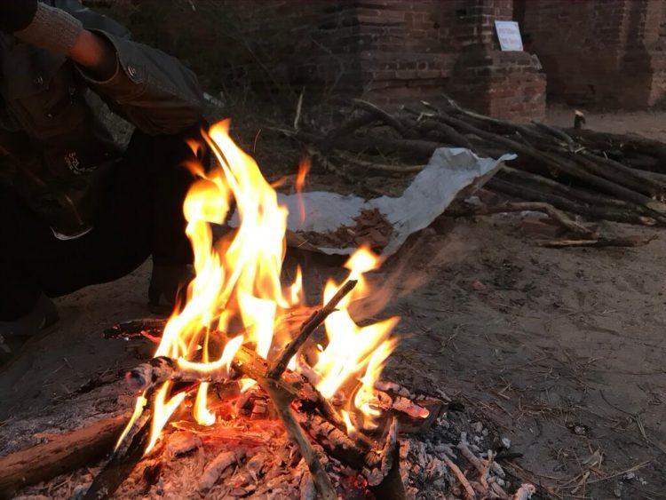 ミャンマーの世界遺産、バガンで朝焼けを求めてマラソン中に焚き火をするおっさんに遭遇