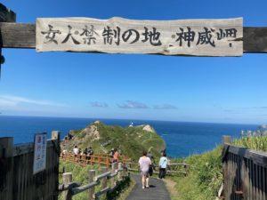 女人禁制の地、神威岬の先端までは所要時間約30分。サンダルでも問題なく歩くことができます。
