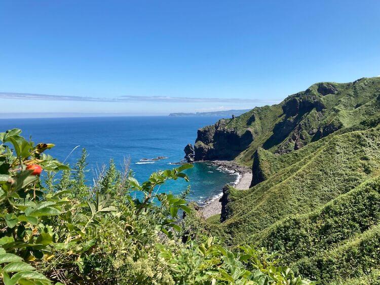 神威岬の先端までは所要時間約30分。サンダルでも問題なく歩くことができます。神威岩への途中でもキレイな積丹ブルーが楽しめます