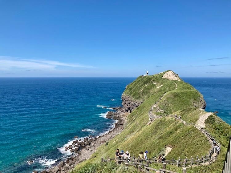 神威岬の先端までは所要時間約30分。サンダルでも問題なく歩くことができます。