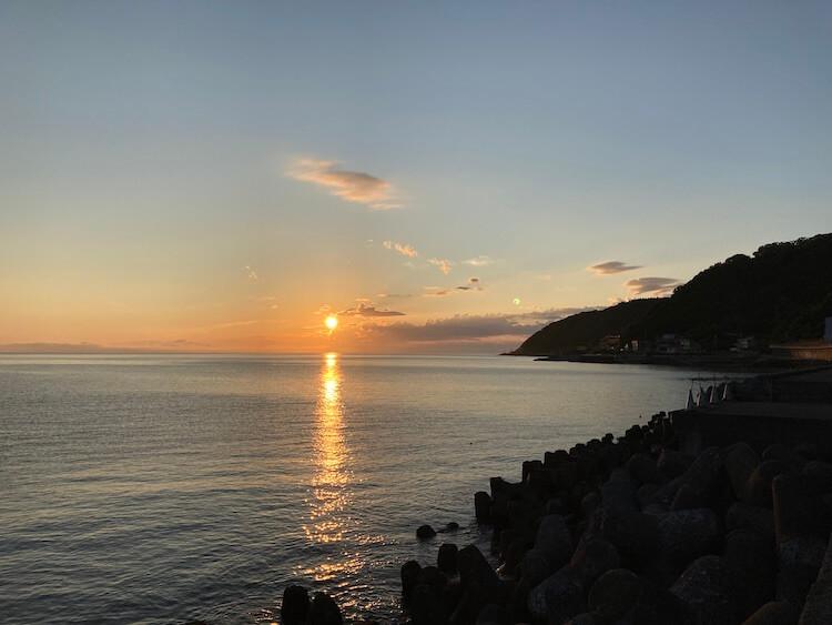 利尻島観光協会もおすすめの温泉と食事が評判の旅館雪国の海が見える部屋から見た朝日