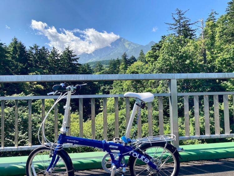 折りたたみ自転車で利尻島一周 観光スポット&見どころ 姫沼から野塚展望台へ向かう利尻島サイクリングロード途中の利尻富士と愛車のDAHON