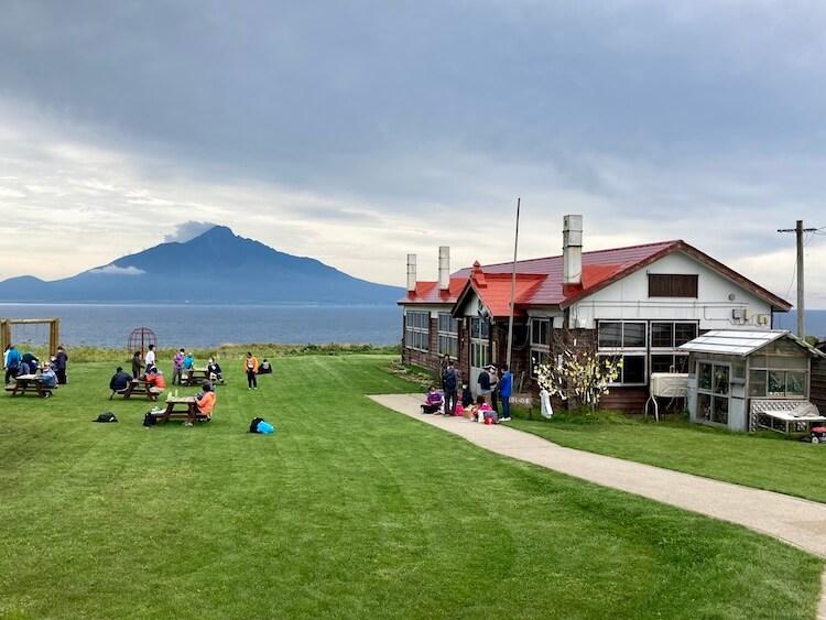 礼文島の観光スポット、映画「北のカナリアたち」のロケ地、北のカナリアパークから見た利尻富士