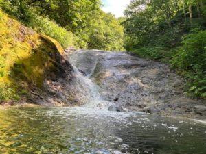 カムイワッカ湯の滝温泉一の滝。油温は30℃くらい