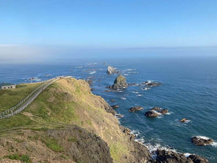 襟裳岬は330度海に囲まれているため、風が強く、霧や雲が発生しやすい