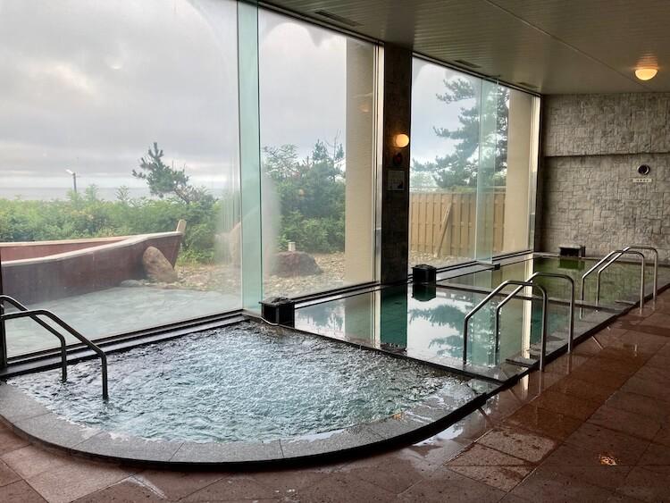 湯巡り日本一周Nバン車中泊22湯目 道の駅みついし 昆布温泉蔵三(くらぞう)の内風呂、手前からジャグジー、昆布温泉、主浴槽