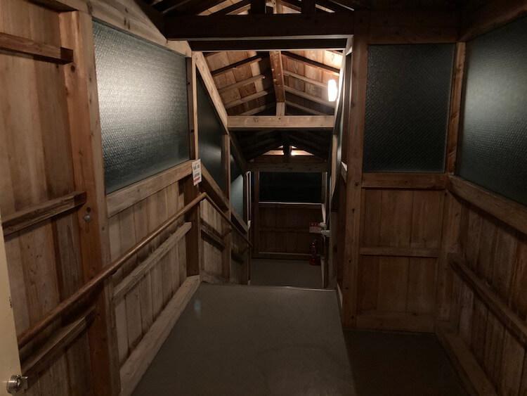 湯巡り日本一周Nバン車中泊30湯目 ホテルなはりの日帰り温泉、浴室へ続く渡り廊下