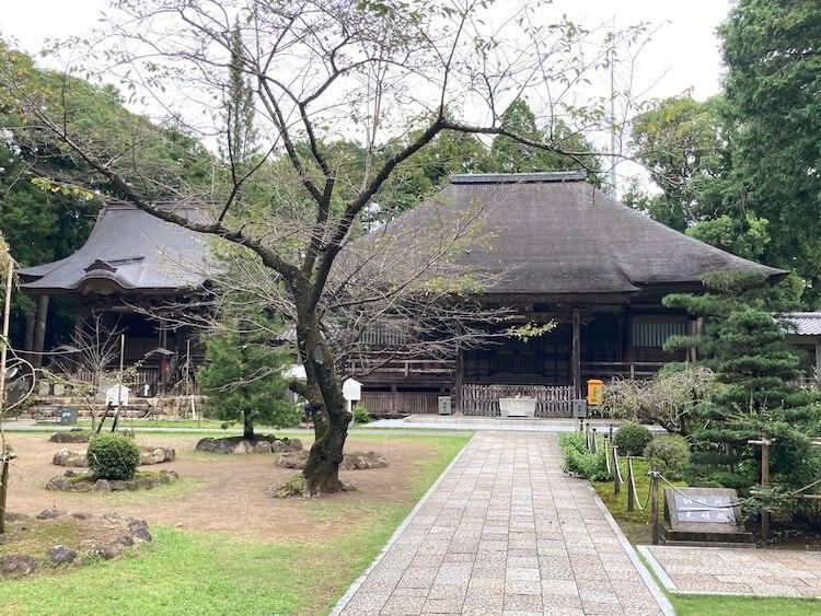 摩尼山 国分寺(こくぶんじ)の本堂は藁葺き屋根