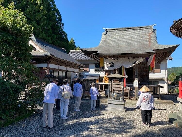 四国お遍路車中泊の旅5日目 37番札所 藤井山 岩本寺(いわもとじ)の大師堂では住職が説法をしてました