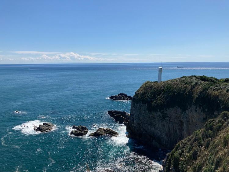 足摺岬展望台から見た、足摺岬灯台。