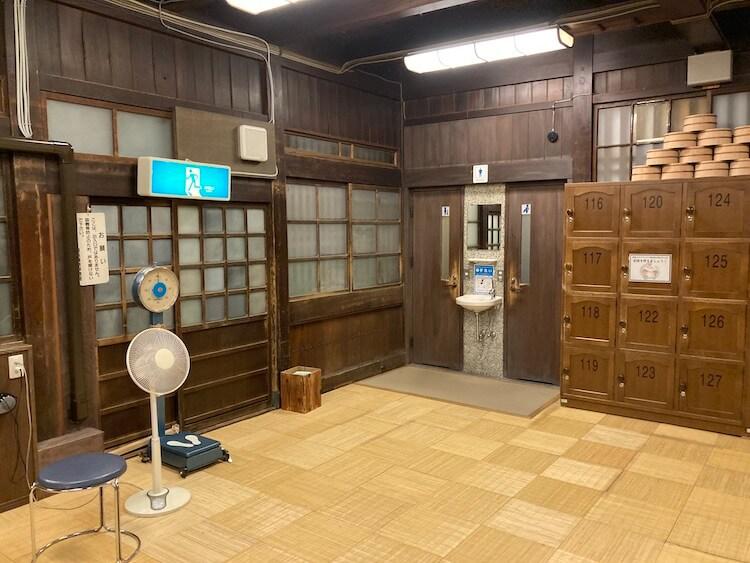 湯巡り日本一周Nバン車中泊33湯目 千と千尋の神隠しのモデルともなったともいわれる道後温泉(日帰り温泉)の脱衣所