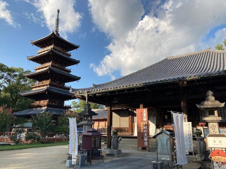 四国お遍路車中泊の旅10日目 70番札所 七宝山 本山寺(もとやまじ)の本堂と五重の塔