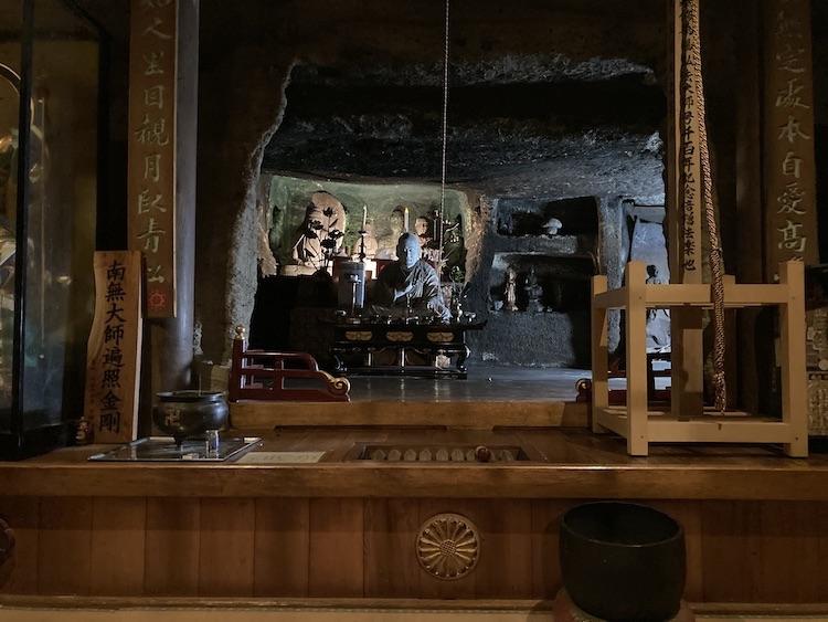 四国お遍路車中泊の旅11日目 71番札所 剣五山 弥谷寺(いやだにじ)の大師堂の奥の奥の院