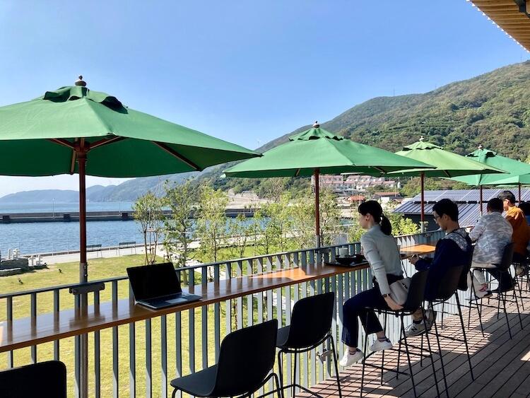 湯巡りNバン日本一周車中泊37日目 国道九四フェリー三崎港のおすすめレストラン しらす食堂はなはなのテラス席