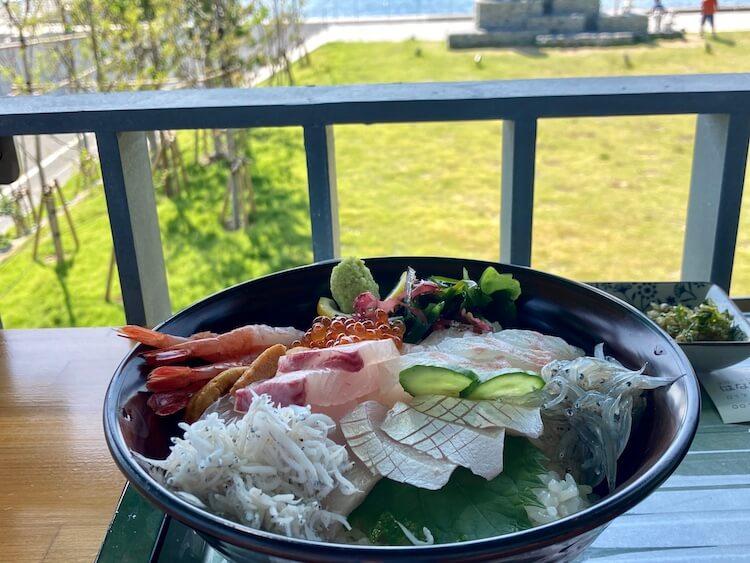 湯巡りNバン日本一周車中泊37日目 国道九四フェリー三崎港のおすすめレストラン しらす食堂はなはなの2000円の海鮮丼