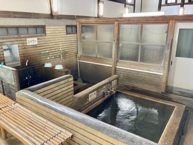 湯巡り日本一周Nバン車中泊39湯目 別府竹瓦温泉の砂湯更衣室にある砂落とす浴槽