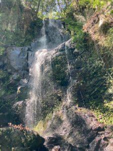 日本一周Nバン車中泊39日目 高千穂峡でマイナスイオンを浴びまくる!高千穂峡のボート乗り場の横の滝。