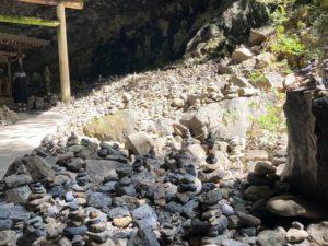 日本一周Nバン車中泊39日目 天安河原には参拝社が積んだ石がびっしり