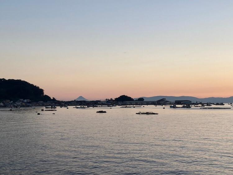 日本一周Nバン車中泊42日目 開聞岳に沈む夕陽をみながらはまちの養殖の説明をおばあちゃんに教えてもらう