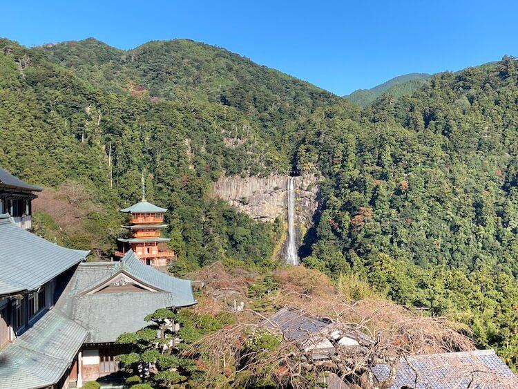 青岸渡寺から那智大滝と五重の塔を望む