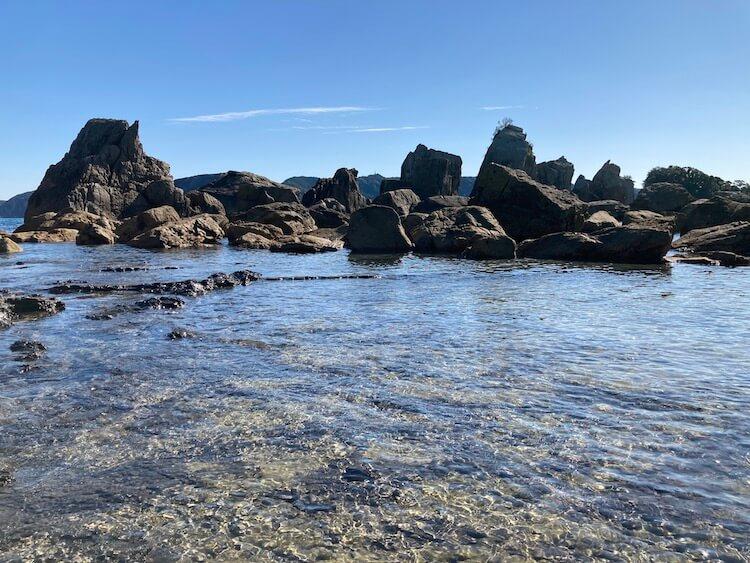 道の駅くしもと橋杭岩から見る橋杭岩の奇岩群。