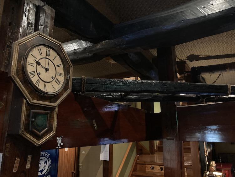 南伊豆弓ヶ浜温泉 古民家の宿 山海の柱時計と立派な柱や梁
