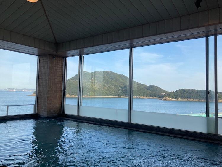 湯巡り日本一周Nバン車中泊 68湯目 鞆の浦温泉 鴎風亭の内湯から仙酔島を眺める