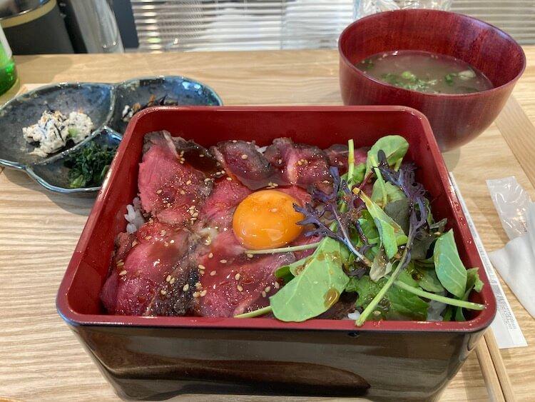 広島駅近くのムロトサカナでローストビーフ丼と牡蠣を食す