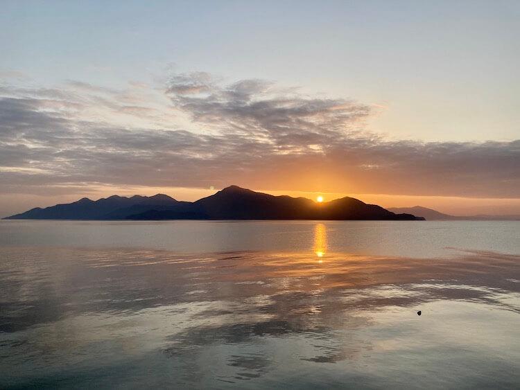 晴海臨海公園で車中泊した翌朝、宮島からの朝日