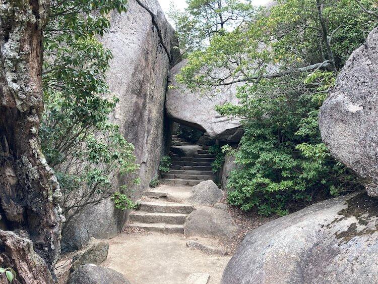 宮島のくぐり岩