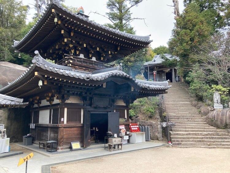 宮島の1200年以上萌え続けるという奇跡の火、「消えずの火」のある霊火堂。