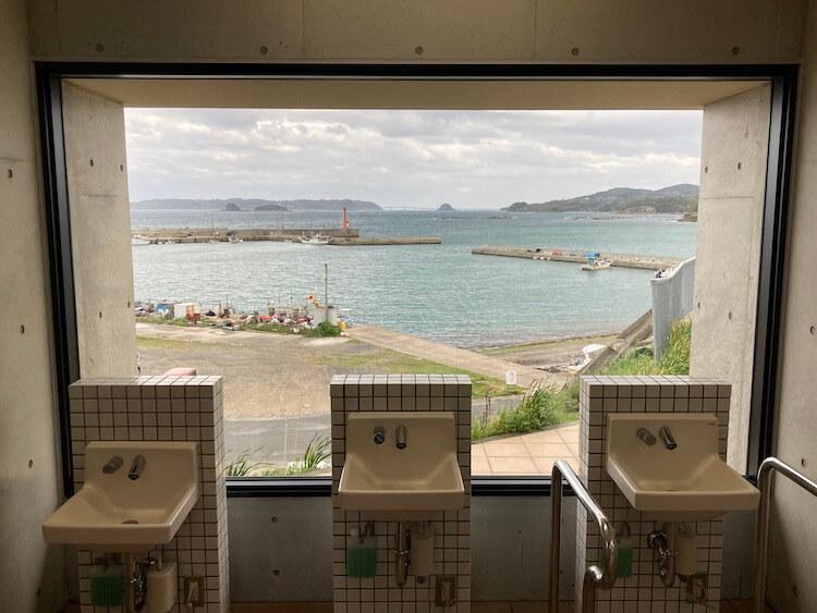 道の駅北浦街道豊北の角島が見える絶景トイレ。多分日本一眺めの良い道の駅のトイレ。