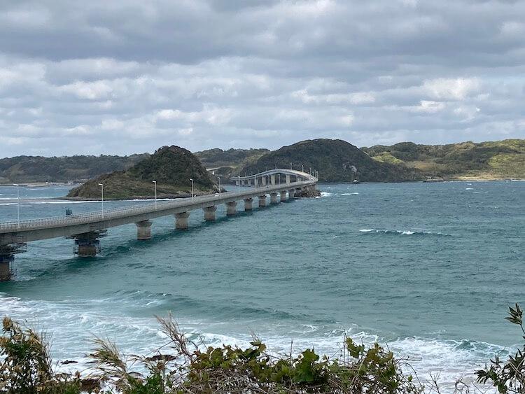 角島大橋、真っ青な空と海を想像してたんだけど、あいにくの曇り。