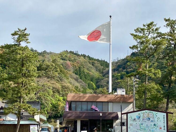 出雲大社の神楽殿前の超巨大日本国国旗