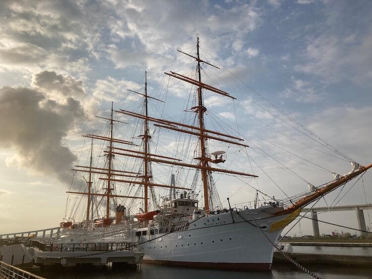 帆船なのにバックの工場からの煙で汽船みたいに見える、海王丸パークの海王丸