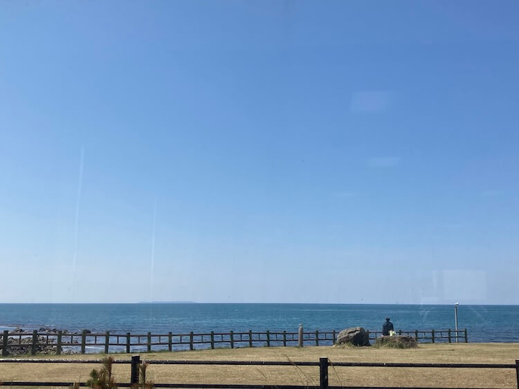 海を見ながら、道の駅象潟でランチ。ヒラメの兜焼き