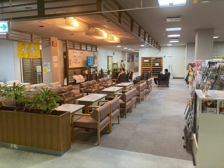 湯巡り日本一周Nバン車中泊 79湯目 大潟村温泉ボルダー潟の湯の休憩スペース