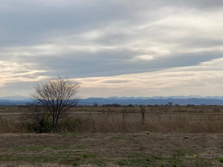 八郎潟は干拓される前は琵琶湖に次ぐ、日本で2番目に大きい湖だった。ここに写ってる景色は山以外は埋めたて地